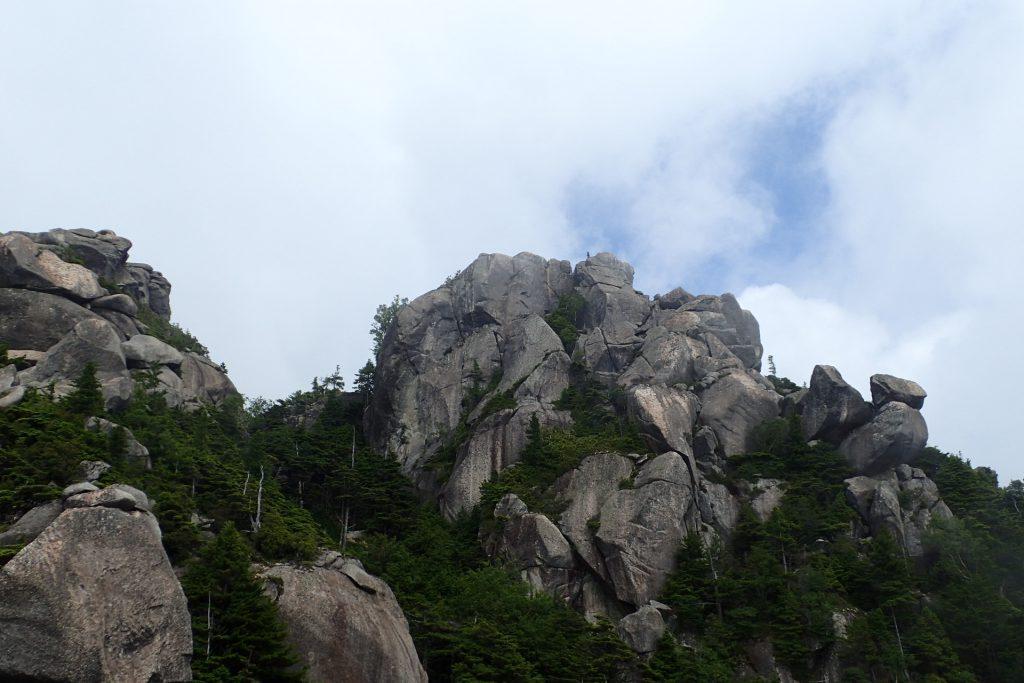 大ヤスリの台座から見る瑞牆山ピーク