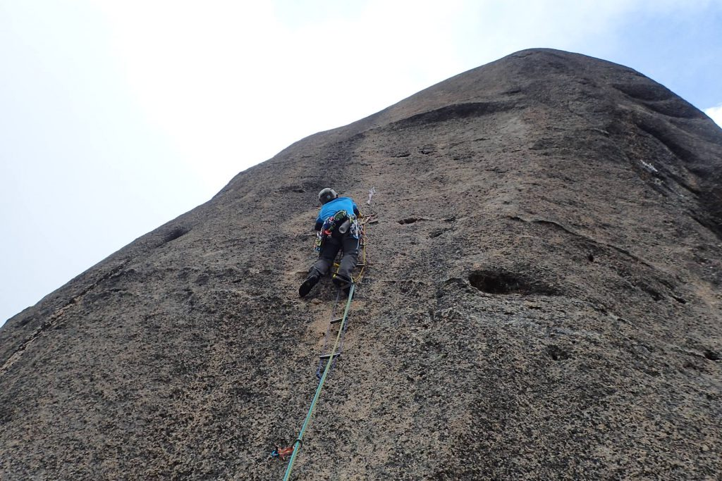 3p目 大ヤスリ岩をアブミで直登
