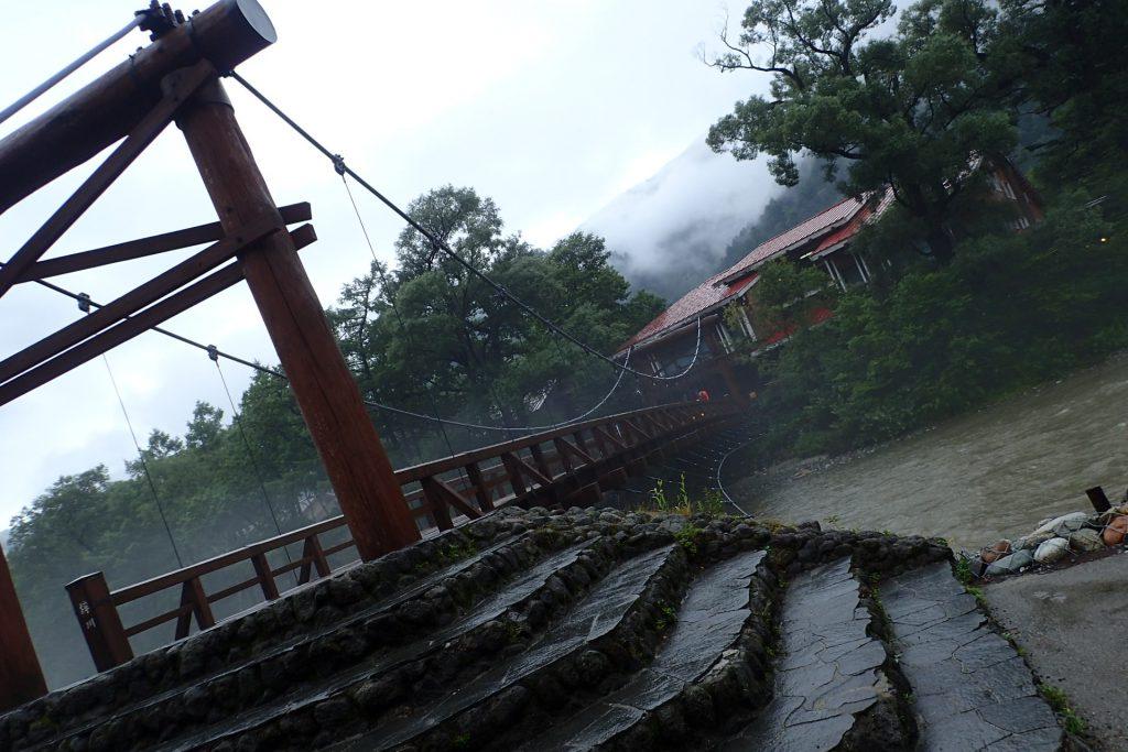 雨の河童橋。雨ってことよりも、梓川の流れが濁ってることに驚き、、、