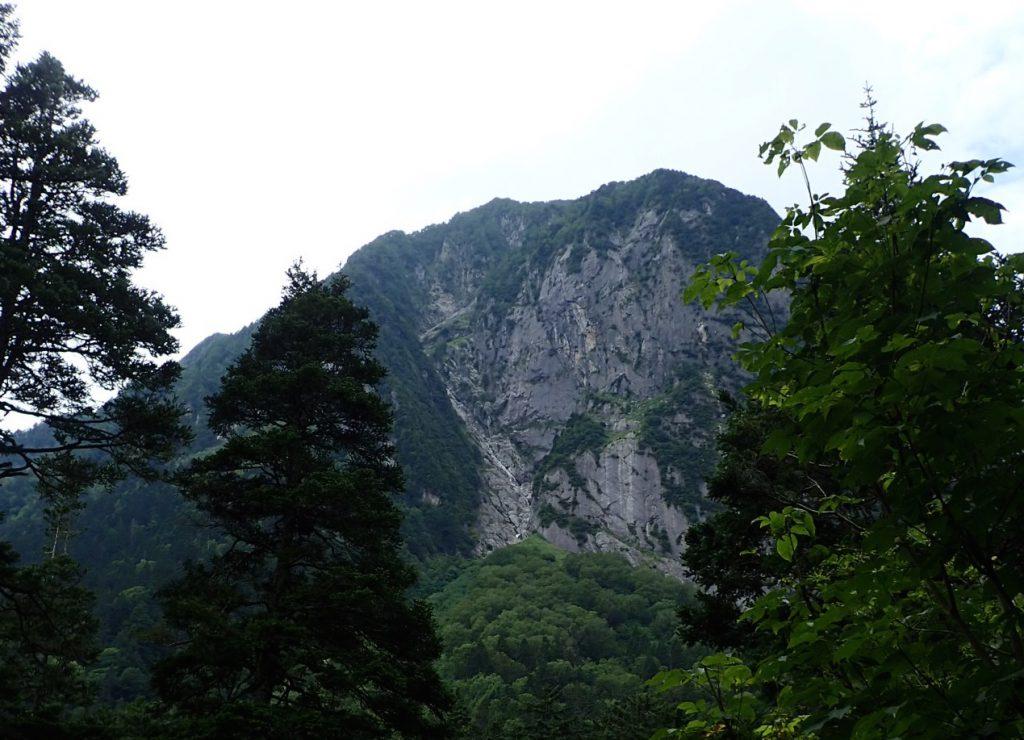 屏風岩を正面から見る