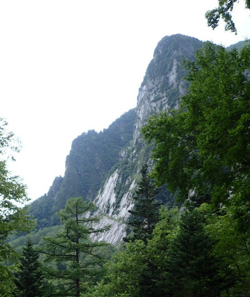 屏風岩東壁を右側から見る