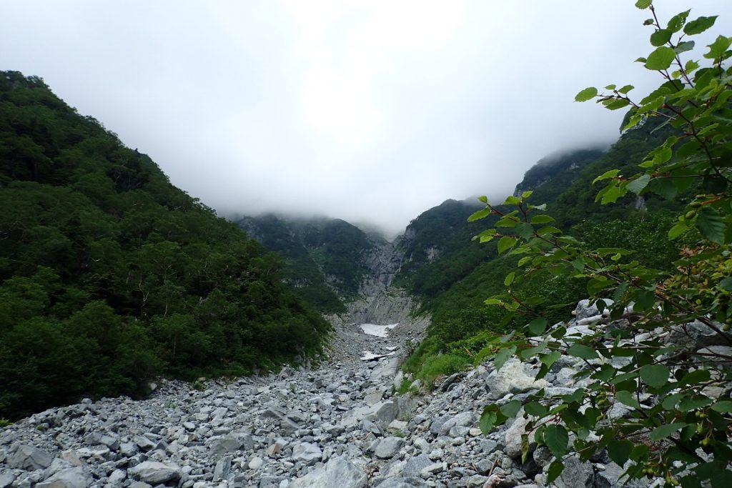 岳沢小屋のテント場から吊尾根方面を見る