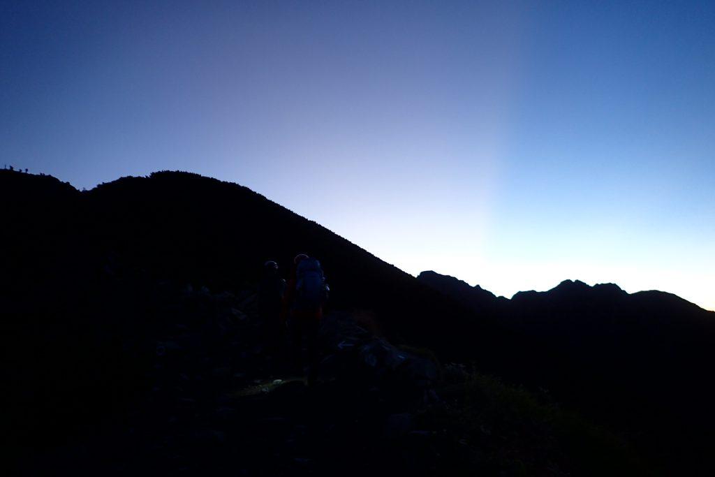 明神岳と前穂高岳の稜線が黒く浮かぶ